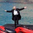 Richard Branson donne une conférence de presse aquatique, en compagnie d'une hôtesse de l'air de sa compagnie, à Las Vegas, le 16 juin 2010.