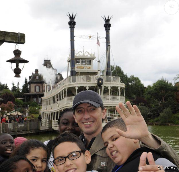 Gad Elmaleh a offert une journée d'évasion à Disneyland Paris aux enfants du Secours Populaire le 20 juin 2010
