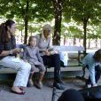 La comédienne américaine Laura Dern, à Paris, en compagnie de ses deux enfants - Jaya et Ellery -, le 23 juin 2010.