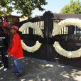 Les fans de Michael Jackson décorent le portail de son ranch Neverland après sa mort le 25 juin 2010