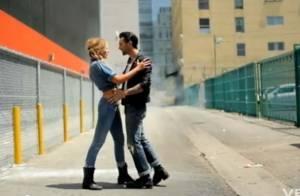Maroon 5 : Regardez le chanteur se faire casser la figure par sa top model de girlfriend !