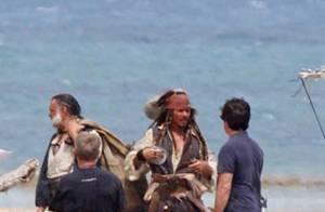 Regardez Johnny Depp dans son costume de Jack Sparrow... sur le tournage du quatrième