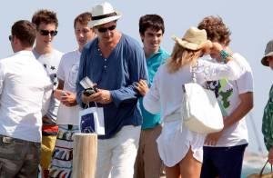 Liam Neeson à Saint-Tropez... Le vent lui joue un très mauvais tour !