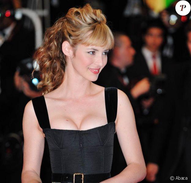 La très belle Louise Bourgoin lors de la montée des marches, pendant le 63e Festival de Cannes, en mai 2010.