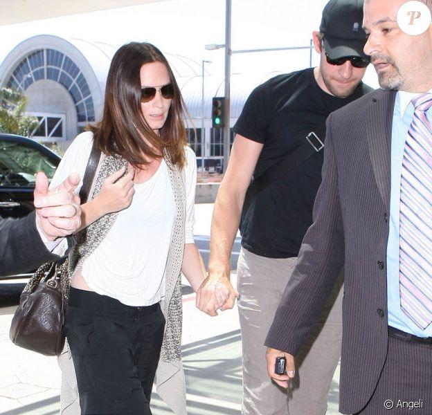 Emily Blunt et John Krasinski à l'aéroport de LAX, à Los Angeles, le 13 février 2010.