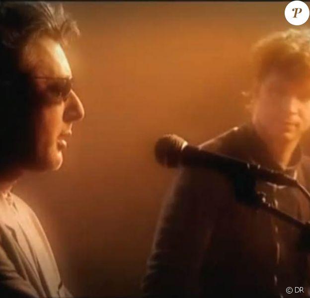 En 2000, Noir Désir partageait avec Alain Bashung sa chanson Volontaire pour la compilation Climax. En 2010, le groupe girondin reprend Aucun express en hommage au défunt. (image du clip de Volontaire)