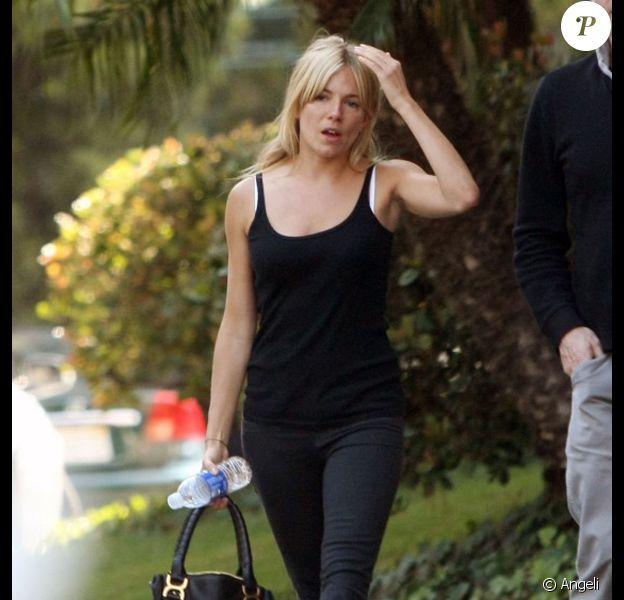 Sienna Miller semble nerveuse à la sortie des studios Universal à Hollywood