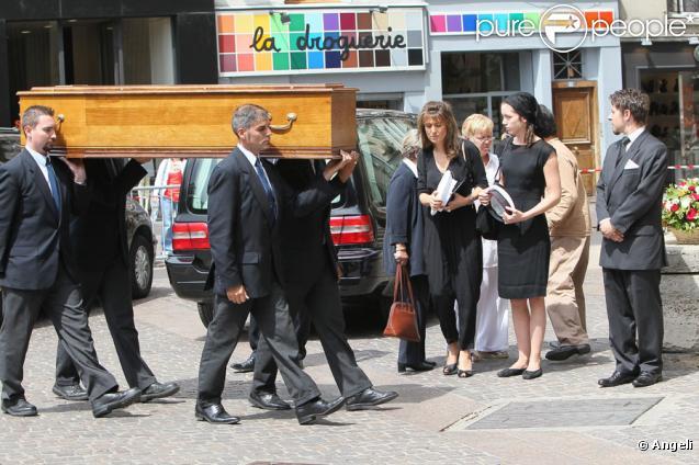 Sa compagne Tohra, sa fille Sara aux obsèques de Bernard Giraudeau, le 23 juillet 2010, en l'église Saint-Eustache, à Paris.