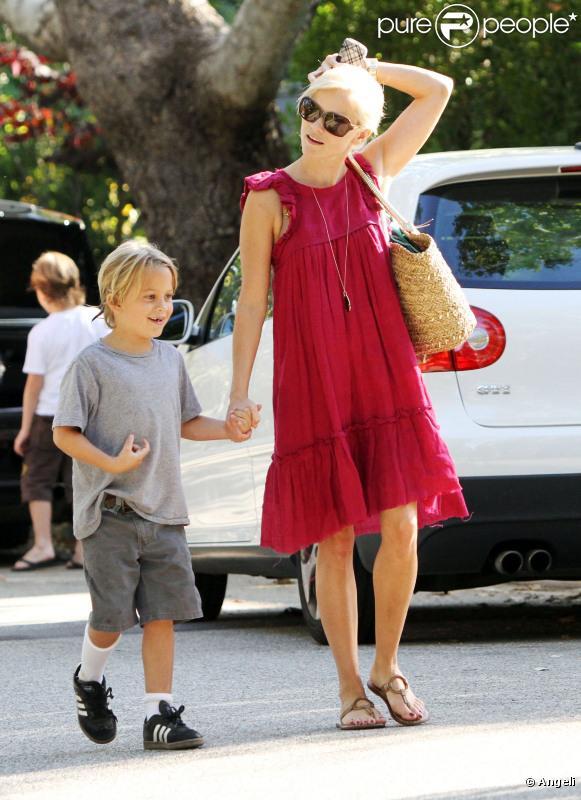 Reese Witherspoon emmène son fils Deacon à un anniversaire le 17 juillet 2010 à Pacific Palisades