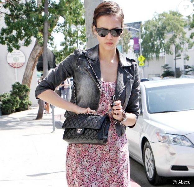 Le matelassée Chanel... On en rêve tout ! Le Timeless est LE sac luxe le plus prisé... Toutes les stars l'arborent, et Jessica Alba aussi !