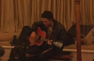 Robert Pattinson : Regardez le héros de Twilight débarquer dans le salon d'une de ses fans...