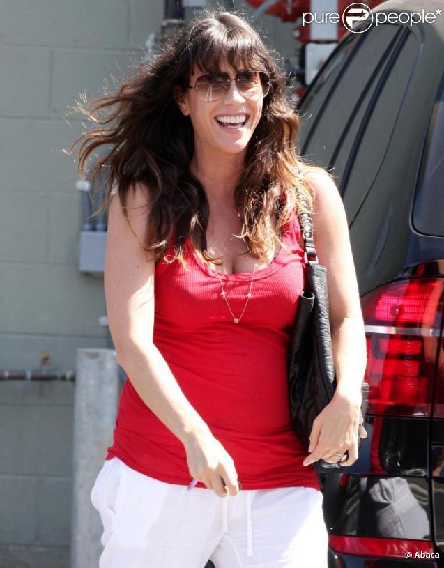 Alanis Morissette sort de sa salle de sport, à Los Angeles. 17/08/2010