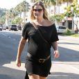 L'actrice Ali Larter se promène dans le rues de Beverly Hills enceinte de son premier enfant le 17 août 2010