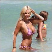 Shauna Sand : Perchée sur des talons aiguilles, la bimbo fait des châteaux de sable !