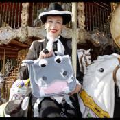 Geneviève de Fontenay retrouve une seconde jeunesse... sur son petit cheval de bois !