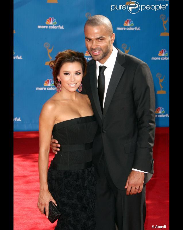 Eva Longoria, vêtue d'une robe Robert Rodriguez, et son mari Tony, en costume Brooks Brothers, à la 62e cérémonie des Emmy Awards.