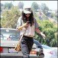 Vanessa Hudgens gare sa voiture avant de se rendre à la pharmacie, mercredi 1er septembre, à Studio City (Californie).