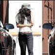Vanessa Hudgens sort de la pharmacie après y avoir fait ses achats, mercredi 1er septembre, à Studio City (Californie).