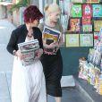 Kelly Osbourne et sa mère Sharon Osbourne achètent quelques magazines sur les derniers potins people à Los Angeles le 4 septembre 2010