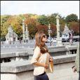 Dans les jardins du Luxembourg à Paris, Eva Mendes est une véritable icône de mode. Pantalon bleu large, lunettes léopard et sandales compensées, l'actrice est d'une beauté à se damner...