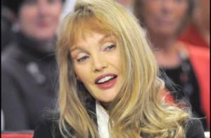 Arielle Dombasle : Découvrez-la en fausse ingénue sexy... prise au jeu !