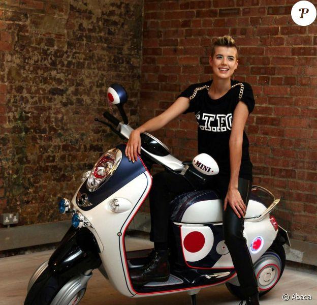 Agyness Deyn présente le nouveau scooter Mini le 23/09/10 à Londres.