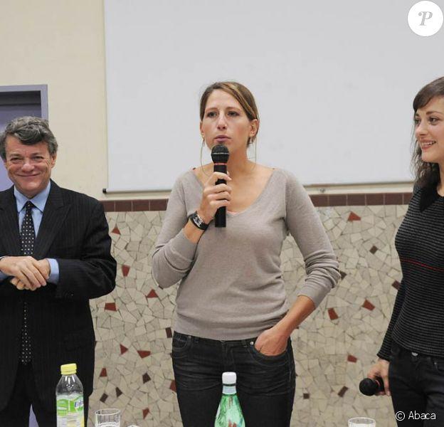 Marion Cotillard secondait Maud Fontenoy, en présence de Jean-Louis Borloo, à l'occasion d'une campagne de sensibilisation aux problématiques environnementales, le 8 octobre au collège Valmy, à Paris.