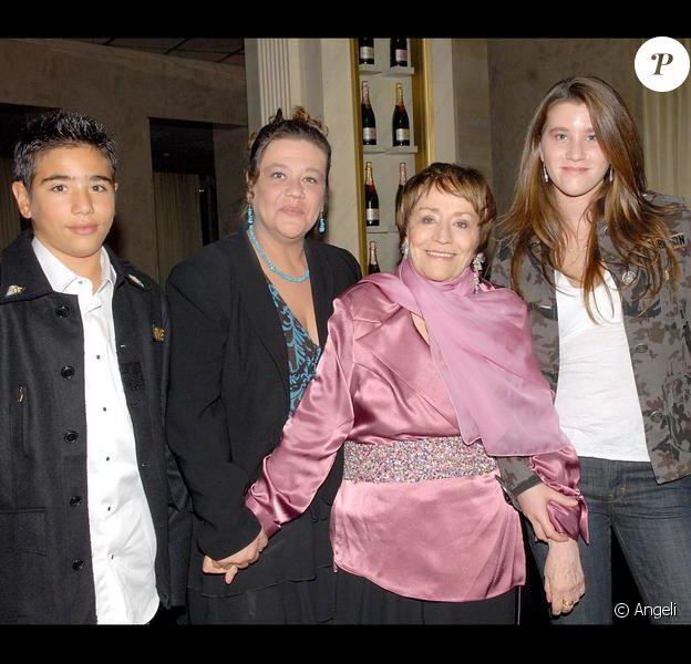 Annie Girardot, sa fille Giulia et ses petits-enfants Lola et Renato. Novembre 2006
