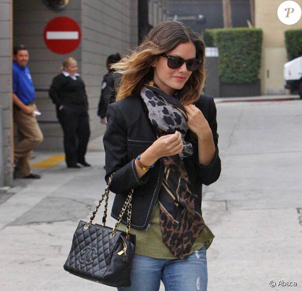 Rachel Bilson avec un boyfriend jean associé à des boots grises, un foulard imprimé, un sac Chanel et une superbe veste structurée. Nickel !