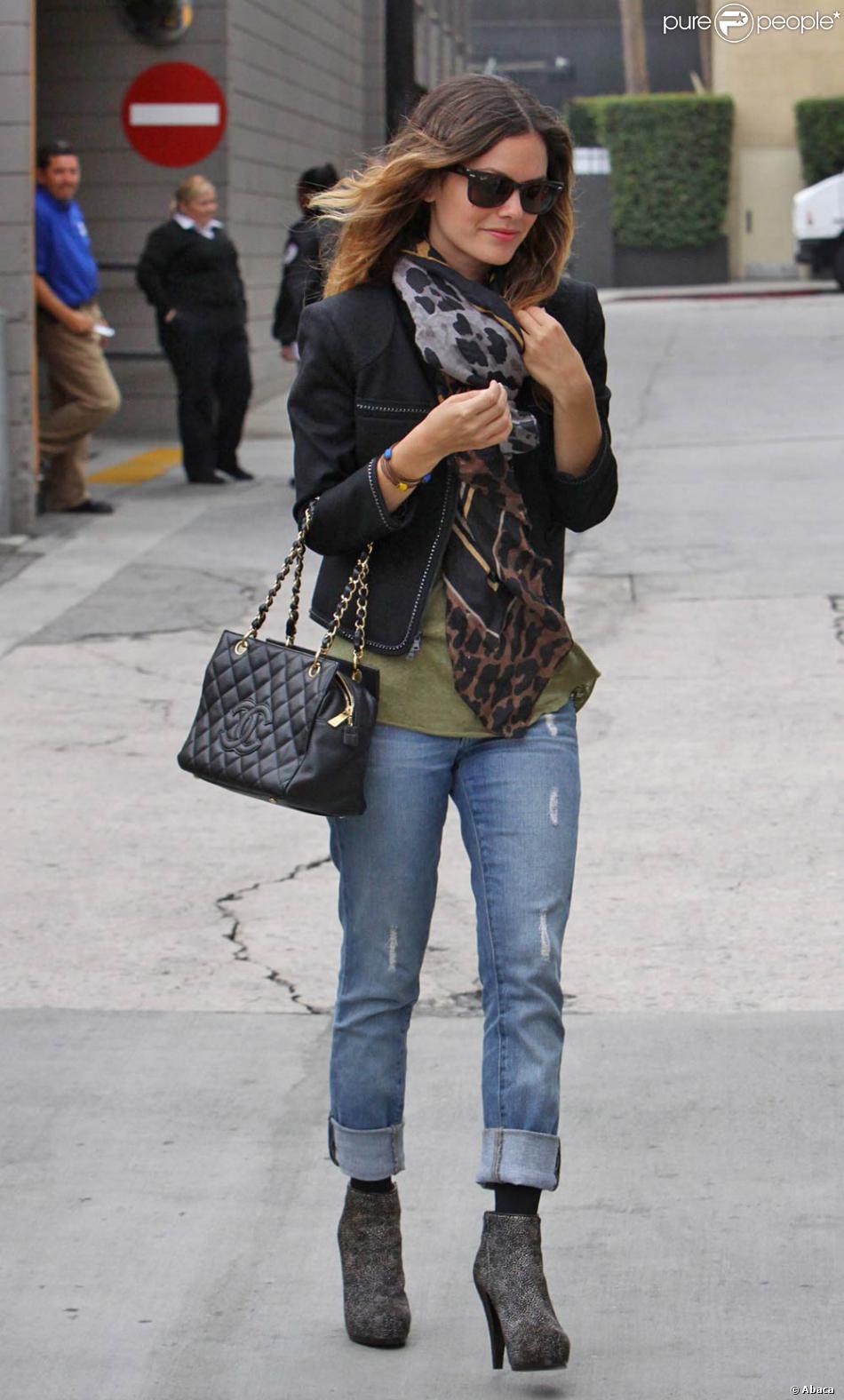 rachel bilson avec un boyfriend jean associé à des boots grises