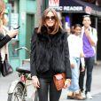 Fourrure noire, tregging et petite pochette camel, chaussée de simples ballerines plates et cachée derrière des lunettes de soleil de star, Olivia Palermo est à croquer.