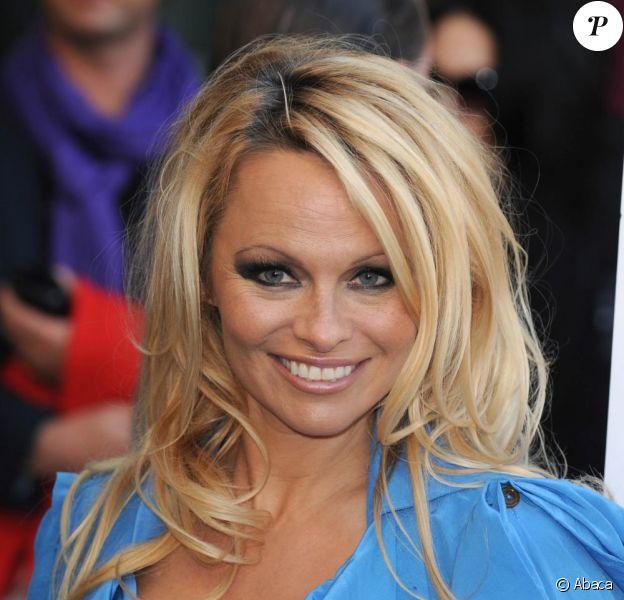 Pamela Anderson apporte son soutien à la PETA durant un photocall afin de présenter la dernière campagne à Londres le 24 octobre 2010