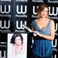 Dannii Minogue offre une séance de dédicace de son autobiographie à ses fans, au magasin Waterstone de Piccadilly Circus, à Londres.