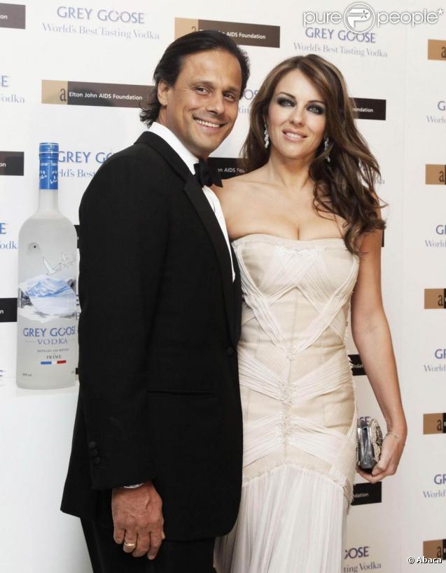 Liz Hurley et son mari Arun Nayar lors de la soirée Winter Ball organisée par la Elton John AIDS Foundation à l'ambassade américaine à Londres le 30 octobre 2010