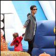 Halle Berry et sa fille Nahla Aubry vont acheter une citrouille pour Halloween chez Mr. Bones Pumpkin Patch à Los Angeles le 21 octobre 2010