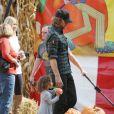 Gabril Aubry et sa fille Nahla vont acheter une citrouille pour Halloween chez Mr. Bones Pumkin Patch à Los Angeles le 24 octobre 2010
