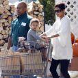 Halle Berry fait des courses au supermarché avec sa petite Nahla le 30 octobre 2010 à Los Angeles