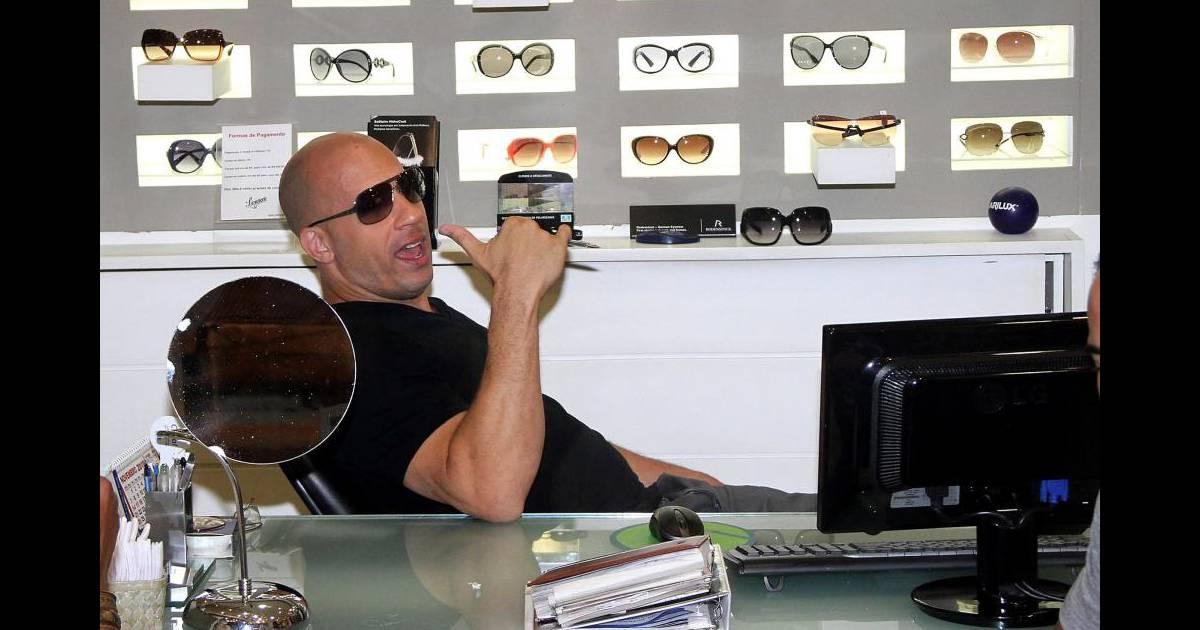 626def9ea8 Vin Diesel va s'acheter des lunettes de soleil en plein nuit à Rio de  Janeiro, le 6 novembre 2010 - Purepeople