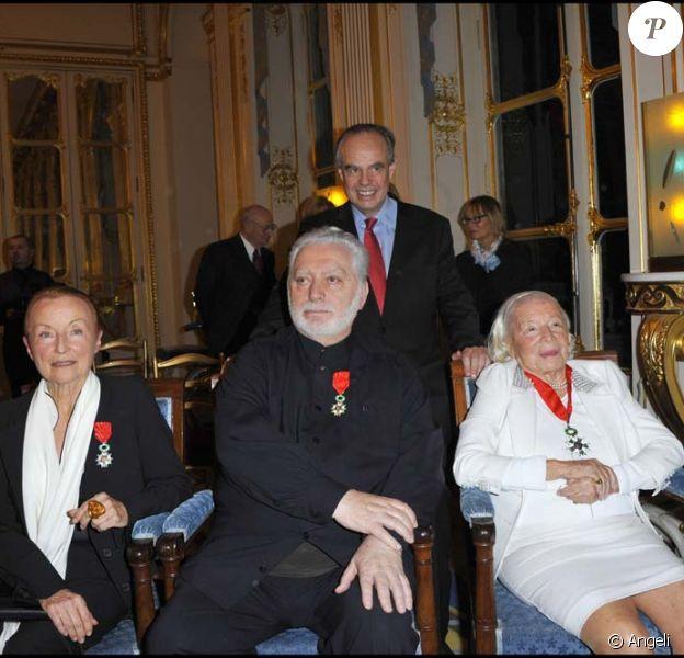 Remise de décorations au ministère de la Culture, le 16 novembre 2010 : Claude Brouet, Paco Rabanne, Frédéric Mitterrand et Marie-Louise Carven Grog