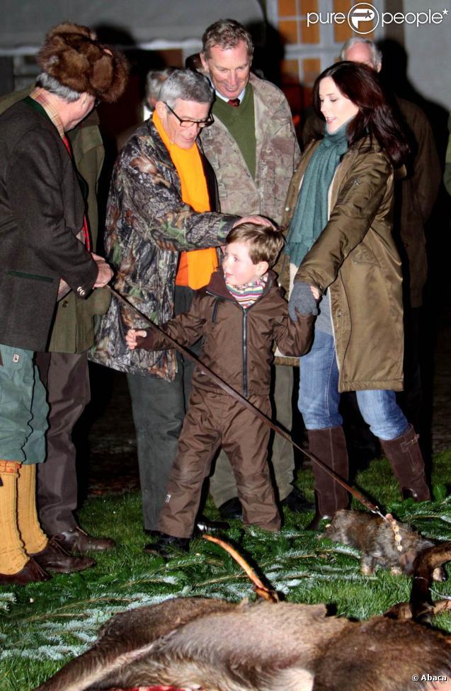 Książę Christian Danii, 5 lat, odkryto wtorek, 16 listopada 2010 r. psują królewskich polowań w Fredensborg, otoczony przez swoich rodziców Maryi i Frederik i jego dziadków Małgorzata i Henrik.  - Zdjęcia PurePeople