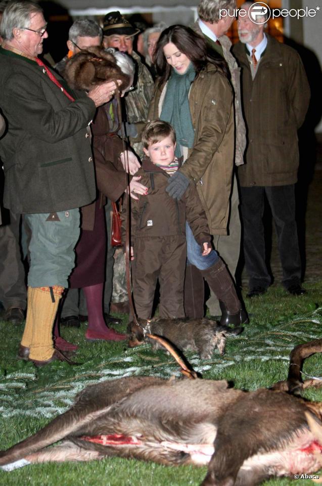 Le prince Christian de Danemark, 5 ans, découvrait mardi 16 novembre 2010 le butin de la chasse royale, à Fredensborg, entouré de ses parents Mary et Frederik, et de ses grands-parents Margrethe et Henrik.