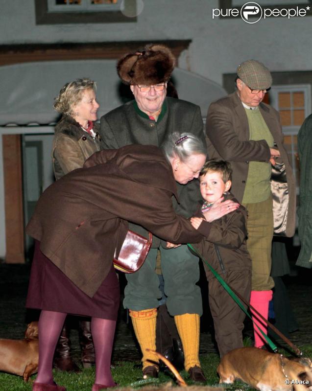 Książę Christian Danii, 5 lat, odkryto wtorek, 16 listopada 2010 r. psują królewskich polowań w Fredensborg, otoczony przez swoich rodziców Maryi i Frederik i jego dziadków Małgorzata i Henrik.