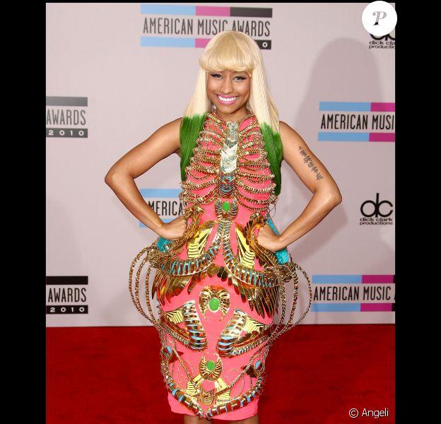 Nicky Maj tente de concurrencer Barbie aux American Music Awards le 21 novembre 2010.