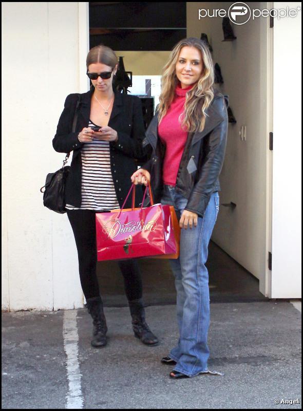 Brooke Mueller et Paris Hilton ont fait du shopping toute l'après-midi. Elles sont finalement rejointes par Nicky et Kathy Hilton le 22 novembre 2010 à Los Angeles