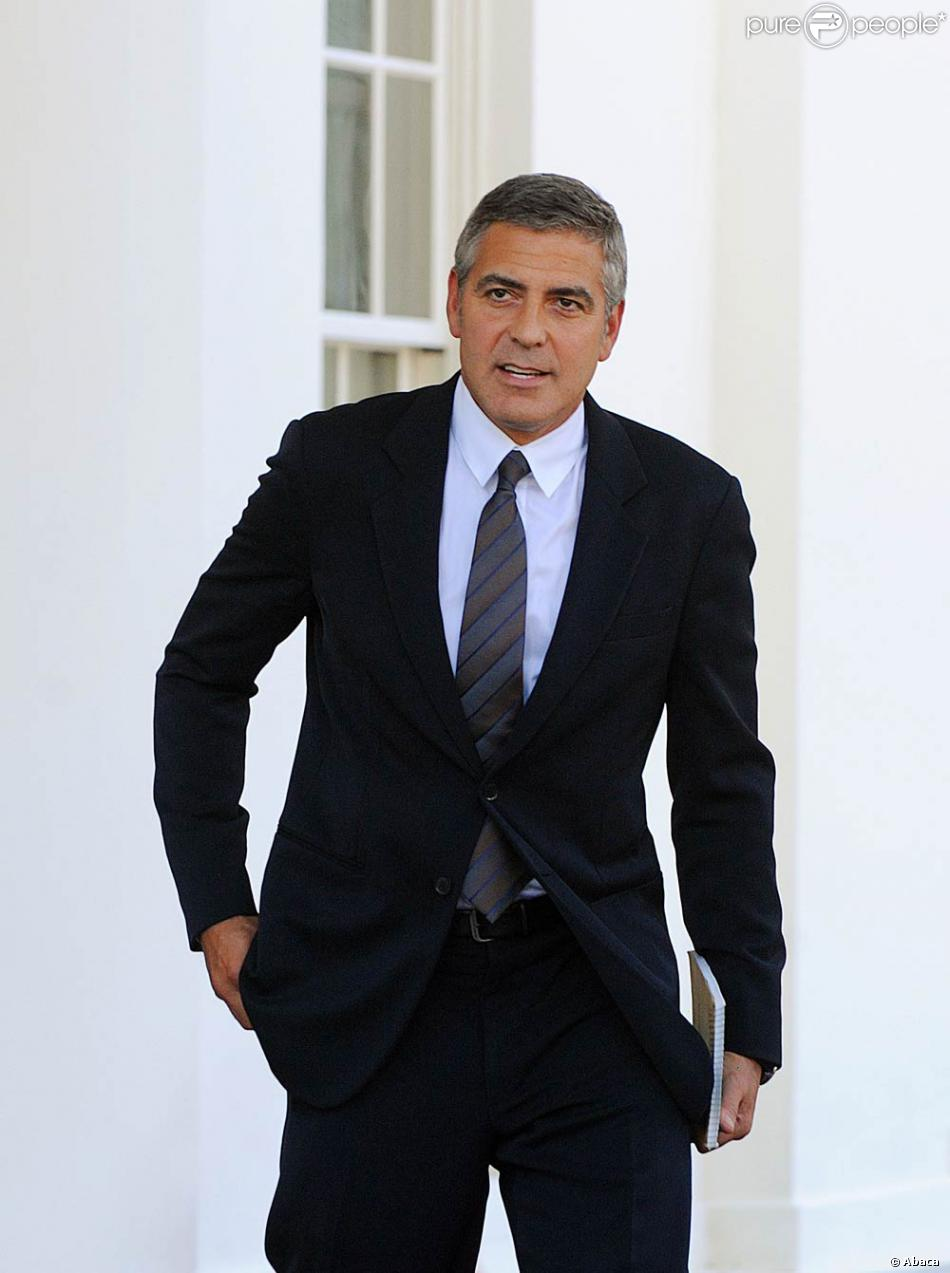 costume sombre et cravat george clooney incarne un monsieur propre tr s sexy purepeople. Black Bedroom Furniture Sets. Home Design Ideas