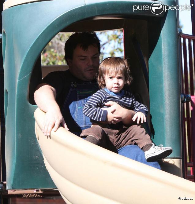 Jack Black et son fils Thomas lors d'une après-midi au Cold Water Canyon Park de Los Angeles, le 28 novembre 2010.