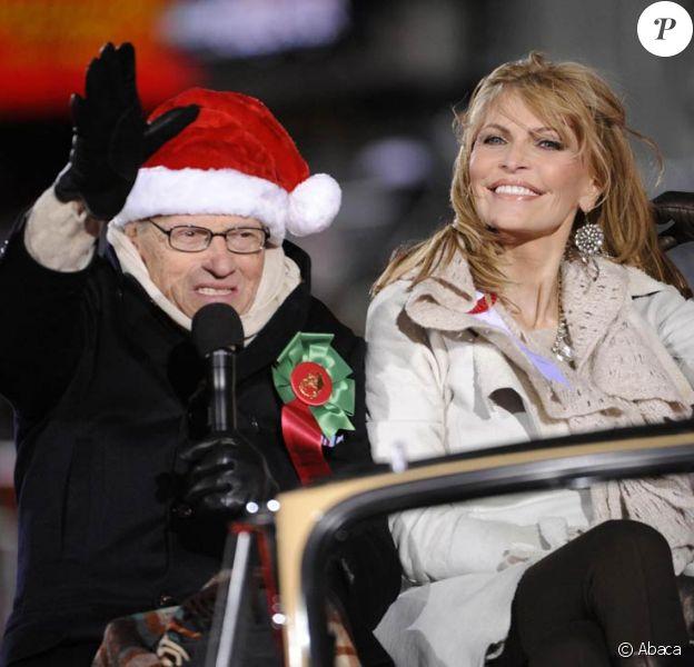 Larry King et sa femme Shawn Southwick se promènent lors de la parade de Noël d'Hollywood à Los Angeles le 28 novembre 2010