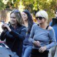Paris Hilton et Brooke Mueller ont besoin d'aide pendant qu'elles tournent la nouvelle émission de télé-réalité de Paris Hilton et ses amis à Los Feliz à Los Angeles le 30 novembre 2010