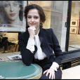 Eva Green, posant près de l'exposition Green - regards photographiques, galerie Catherine Houard à Paris