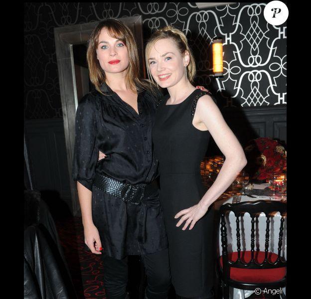 Mélanie Maudran et Julie Judd à l'inauguration du nouveau Castel, à Paris, le 2 décembre 2010.